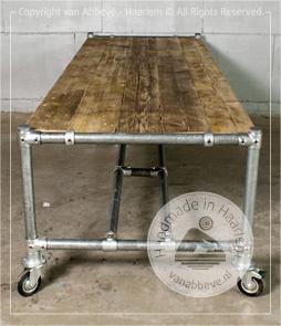 Fattline Office bureautafel van 200 x 100 cm van sloophout met steigerbuis frame op wielen.