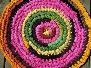 1ahttp://losabalorios.com/blog/2012/09/manualidades-decorativas-con-trapillo/#