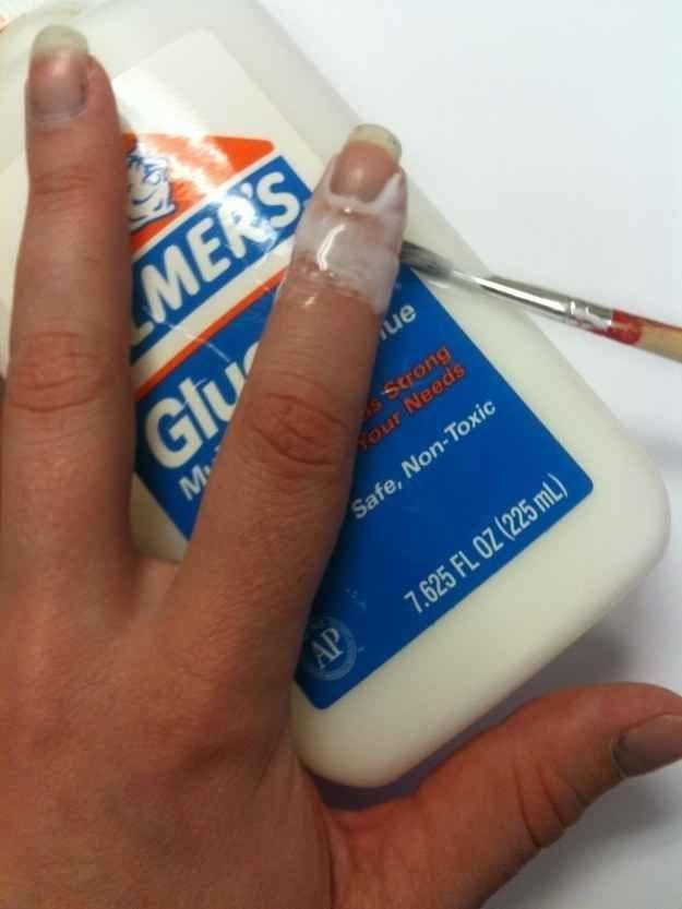 Appliquez de la colle d'Elmer avec un pinceau fin. Quand vous l'ôterez, elle dévoilera une manucure parfaite.