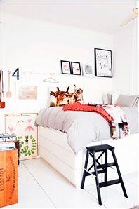 Sovrum med smart uppbyggd säng på skåp