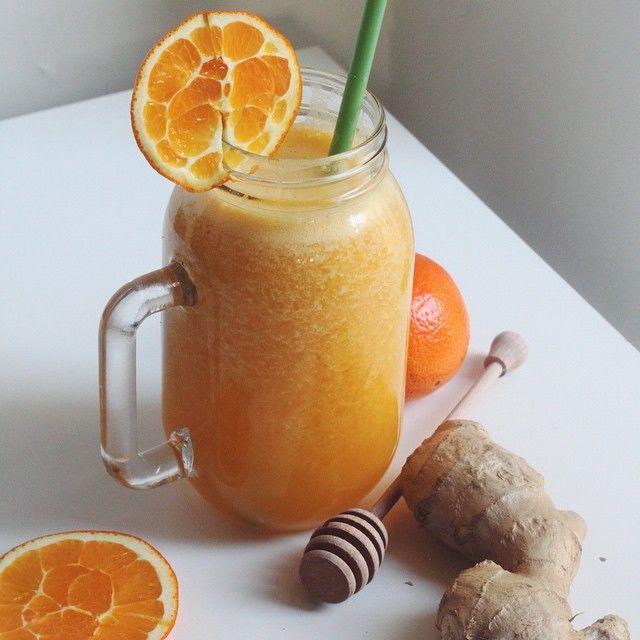 Citrusové smoothie se zázvorem  @tatianathefoodie  1 pomeranč 1 citron čerstvý zázvor voda led med
