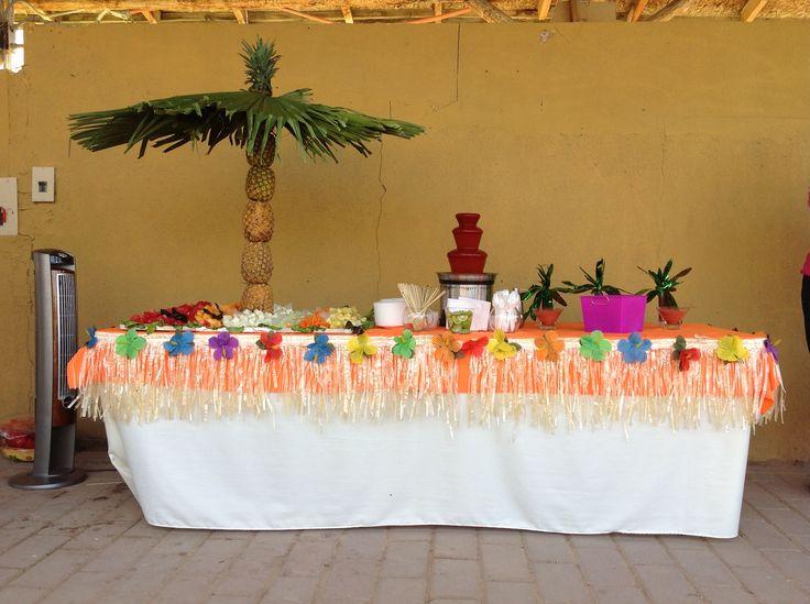 Mesa de fruta con fuente de chamoy perfecta para una - Mesas decoradas para fiestas ...