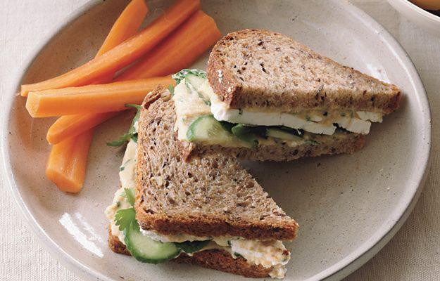 Сэндвич с огурцом, хумусом, фетой и мятой