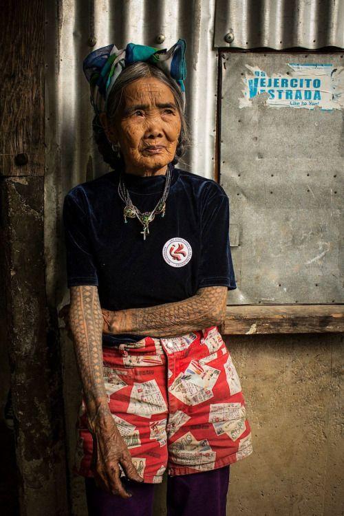 Cautivante foto de un artista al  tatuaje 94YO que vive en las profundidades de las Filipinas. Su nombre es Colmillo ( Whang ) -Od . Esos tatuajes son diseños tribales filipinos tradicionales, una forma de arte que se remonta a la ocupación pre - española. Fotografia, rostros al natural