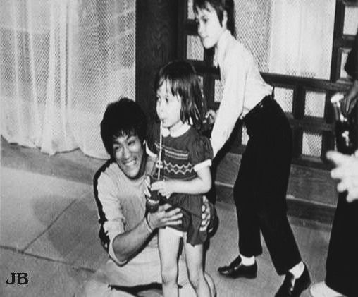 Bruce with his children Shannon and Brandon behind the scenes of The game of death