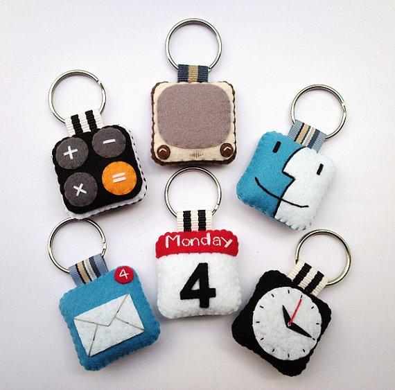 Ideas para realizar con fieltro, llaveros con iconos i-pad. Visto en el blog de mamás Creativas.