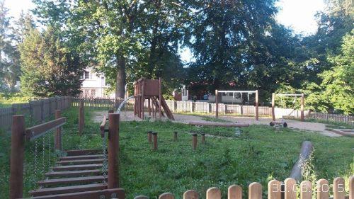Plac zabaw w parku Brodowskim, u zbiegu ulic Pliszki - Żurawia  Drewniany plac zabaw jest ciekawą propozycją na ciepłe dni.