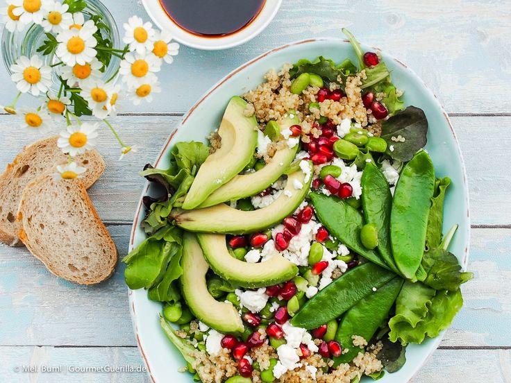 """Power-Salat """"Green Spirit"""" mit Edamame, Zuckerschoten, Avocado, Quinoa und Granatapfel"""