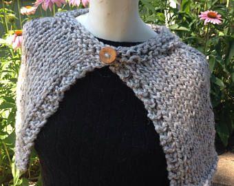 Handknit Tweedy gris capa abrigo chal con botón de madera reciclada