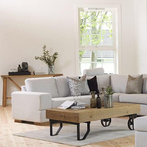 Hva synes du om vårt Tanzania sofabord med hjul? Det er laget av gjenvunnet palletre, heltre furu. Her vist sammen med Umbria hjørnesofa.  #skeidar #skeidarstue #sofabord #sofa #inspirasjon
