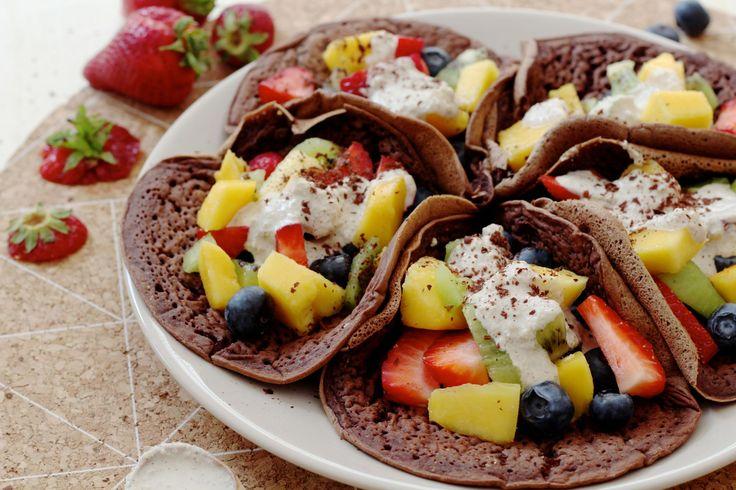 Vegan chocolade pannenkoeken met vers fruit en cashew cream.