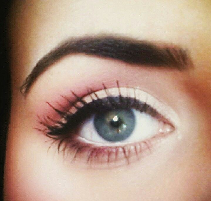 White  pink eyeshadow with gel liner