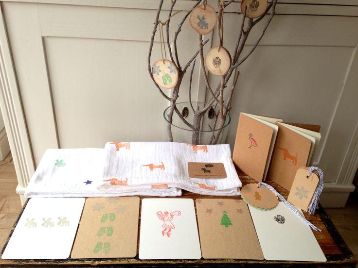 Salut Stefanie ontwerpt en snijdt stempels met de hand. Voor BoXxshop stempelde ze in kerstsfeer kaarten, cadeaulabels, notitieboekjes en hydrofieldoeken.  En check haar kerstversiering: bestempelde houten schijfjes, leuk om in een boompje of tak te hangen!