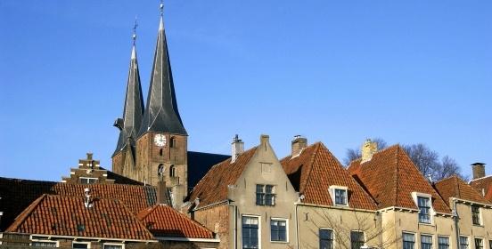 Deventer is andere koek! #Deventer: Hanzestad aan de rivier de IJssel. Een stad aan een rivier heeft iets levendigs, iets frivools, en meestal ook iets bourgondisch: het leven is er goed! Alsof het stromende water elke dag opnieuw de stad voorziet van een vers levenselixer. Dat verklaart misschien de vitaliteit van Deventer: een levendige stad met een monumentale sfeer, waar het goed verblijven is, met bovendien een prachtige omgeving.