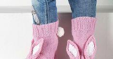 Ihanat pupusukat neulotaan vaaleanpunaisesta ja valkoisesta langasta. Korvat voit halutessasi koristella paljeteilla – ja hännäksi tupsu, tietenkin.