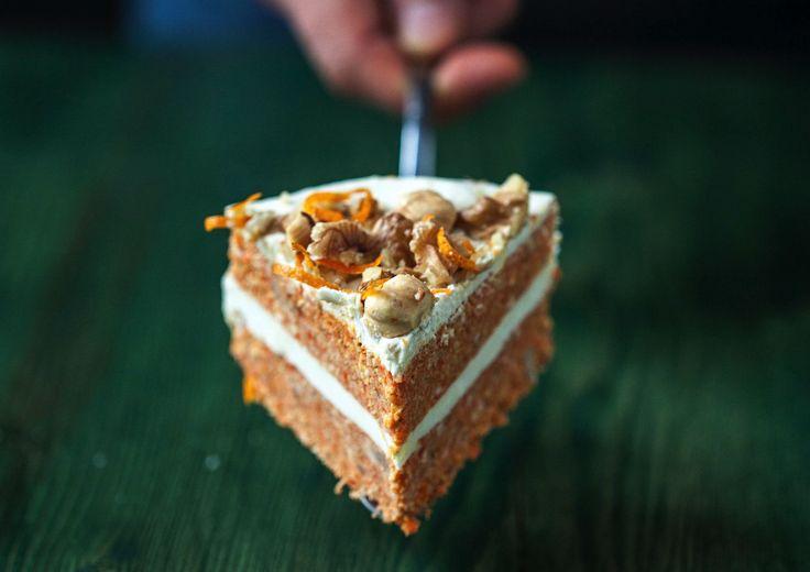 La torta di carote è un grande classico che non delude mai. La versione che vi propongo per questa speciale occasione è un po' diversa dal solito, infatti tutti gli ingredienti sono crudi. Una base coloratissima di carote e noci farcita di una glassa di anacardi e latte di cocco le danno un sapore originale..