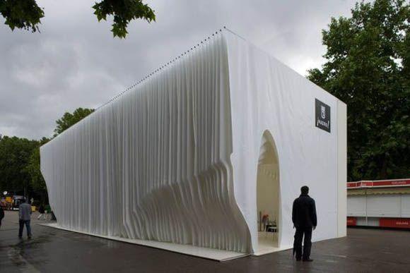 """Pabellón del libro. Olga Sanina + Marcelo Dantas. Representa un libro, las """"hojas"""" de la tela forman sus paredes y techo de manera topográfica."""