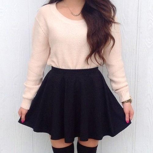 Las faldas cortas obtienen un aire elegante si se usan con una playera o suéter de manga larga.f