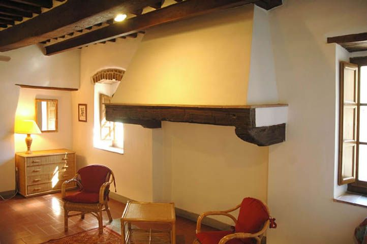 L'Agriturismo La Ferrozzola si trova a circa 600 metri (15 minuti a piedi) dal #centrostorico di #CastellinaInChianti ( #Siena ) e dall'albergo Palazzo #Squarcialupi. In assoluta posizione panoramica, di proprietà La Castellina, dispone di tre confortevoli appartamenti in stile rustico, accuratamente restaurati. I Clienti dell' #Agriturismo possono ammirare lo stupendo #paesaggio del Chianti rilassandosi nella graziosa #piscina situata in mezzo ai vigneti della #fattoria.