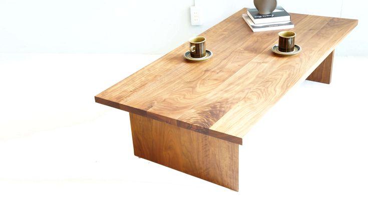 シンプルなデザインと、無駄のない機能性が人気の無印良品。こちらのお品物も無印良品の製品の持つ洗礼されたシンプルデザインが魅力的なセンターテーブルです。前所有者の方が、無印良品のオーダー家具に発注かけ、製作されたお品物で既存の無印良品にはないデザインとなっております。高さが35cmと床に座ってお食事などする際、使い勝手の良い高さに設計されており天板は幅140,奥行70とファミリーでご使用頂けるサイズとなっております。素材にはウォールナット材を使用。耐衝撃性に強く、木肌も美しい為、高級家具や工芸品などにも使用している木材です。適度の油分を含んでいるので、ツヤもあり、人が触れて使い込んでいくことで味のある風合いになっていき経年変化を楽しむことができる素材です。約\200,000-、程で購入されたそうですが納得のデザイン、品質を持ったお品物です。1点物で既製品では、出会えないお品物です。程よいサイズのローテーブル、センターテーブルをお探しだった方は、是非この機会にいかがでしょうか。~【東京都杉並区阿佐ヶ谷北アンティークショップ…