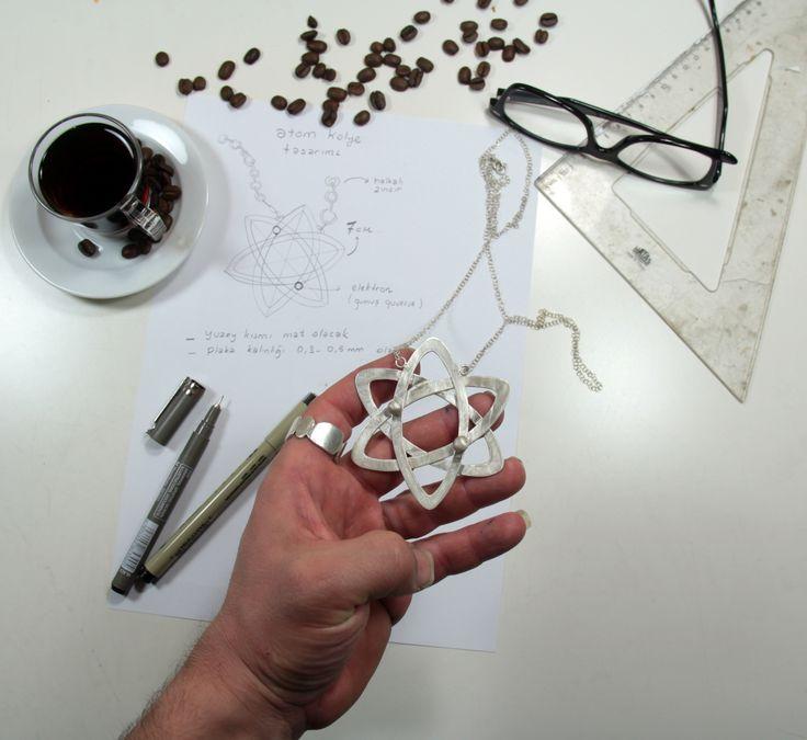 Helyum atomunun takı hali...  Tasarım: Burcu Kartalcıklar (Fizik Öğretmeni :) ) dizayn - takı - atom - takı tasarım - ışıltan ırmak - atölye - izmir - sipariş - sürpriz - jewelry - handmade - hand crafted