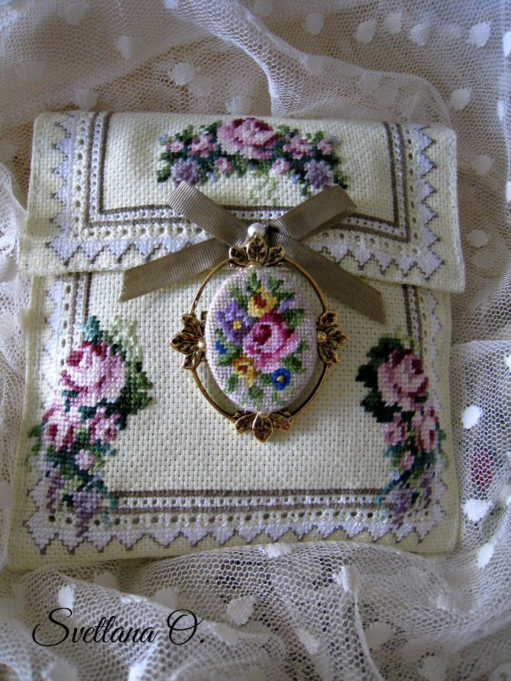 Brooch,micro petit point.