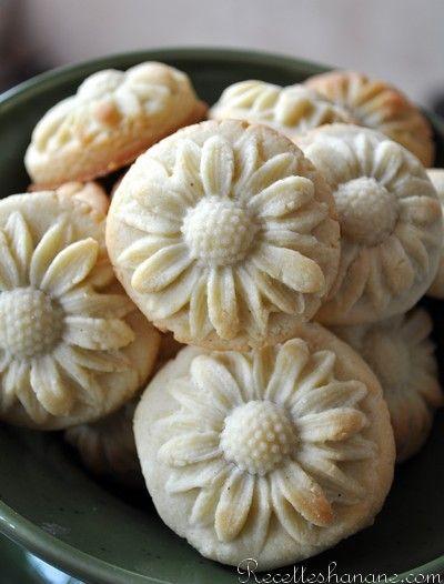 Des petits sablés fondants fourrés à la pâte d'amande parfumée aux saveurs orientales: fleur d'oranger, cannelle... une petite gourmandise à servir à l'heure du thé et à offrir à vos proches pendant la période des fêtes! La pâte à maamouls 300g de farine...