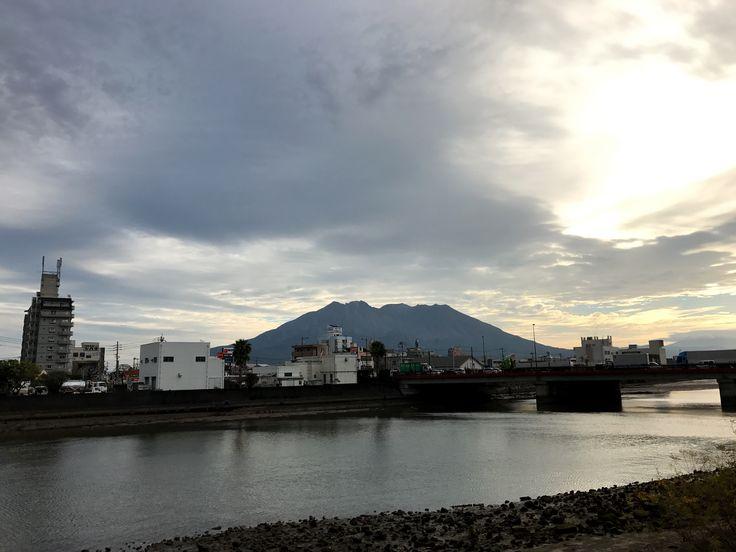 おはようございます(^o^)/  今日の桜島です。  天気は晴れ。涼しい朝になりました。  トランプ大統領、誕生しました。大番狂わせでしたね。  今日は県外から多くのお客様が鹿児島に来られます。 楽しみです!  今日も1日、元気に頑張っていきましょう!!!