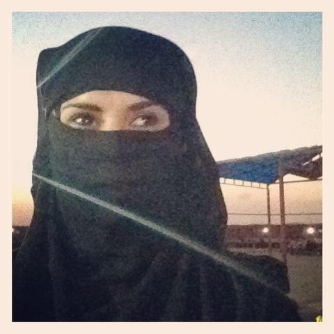 Soy una nativa :) En el desierto disfrutando de un delicioso Safari y Dune Bashing....creo que comi carne de camello jejejeje