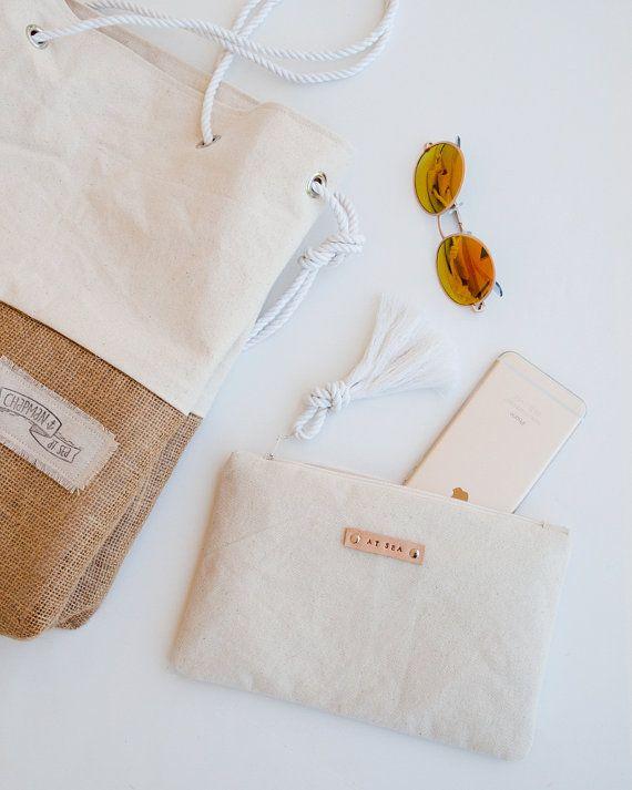 Bolsa de la cremallera de la lona que es ideal para la celebración de todos los accesorios no quiere a pista suelta en una bolsa más grande. Que lindo también en él como un embrague pequeño.  Esta bolsa fue diseñada especialmente para ser utilizado con nuestro bolso de playa superventas - la bolsa de arena. Se trata en todos los colores de la tela que el saco de arena para que tengas un juego perfectamente. En lugar de depender de un torpe bolsillo dentro de la bolsa, yo prefiero usar esta…