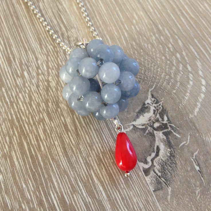 Bead ball van 6mm faced jeans blue jade met een rode koraal druppel, aan half lange ball chain. Van JuudsBoetiek, €11,50. Te bestellen op www.juudsboetiek.nl.