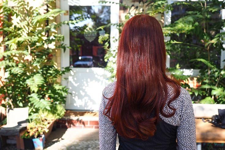 Seit dem letzten Henna-Beitrag hier auf dem Blog ist viel Zeit vergangen. Ich liebe meine rote Mähne und färbe sie nun seit über vier Jahren mit Henna. Inzwischen zähle ich ein paar graue Haare meh…