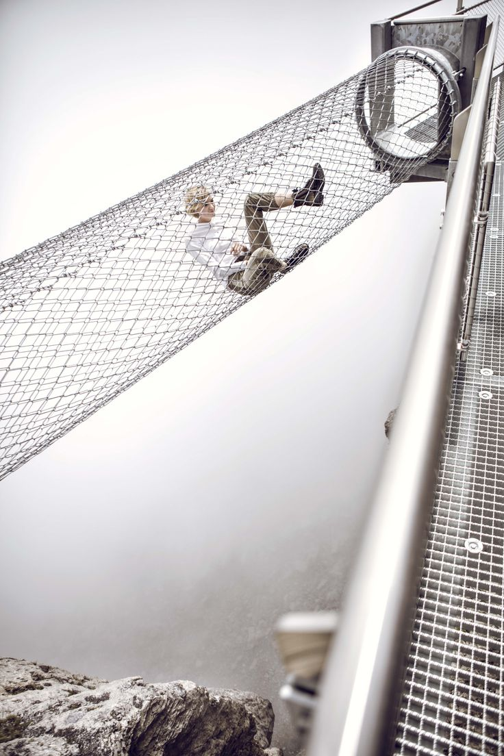 Das sichere Abenteuer wartet auf Birg – der Thrill Walk führt direkt ins imposante Felsmassiv. Wir haben uns gewagt – am Anfang zögerlich, dann hat uns die Challenge aber gepackt. Statt Chill war Thrill angesagt. Die Treppe runter über den senkrechten Abgrund, danach ein Balanceakt übers Seil, die Zitterpartie Glasplatte und am Ende der  Gittertunnel. Unten der Blick ins Bodenlose. Oben eine grenzenlose Fernsicht, die ein Stück Schwerelosigkeit  verspricht. Just go for it and have fun.