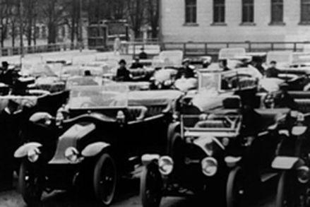 """Ensimmäinen """"suuri autoparaati"""" järjestettiin Helsingissä 1910-luvun alkupuolella. Autoja koko Suomen suuriruhtinaskunnan alueella oli kuitenkin vielä vähän."""