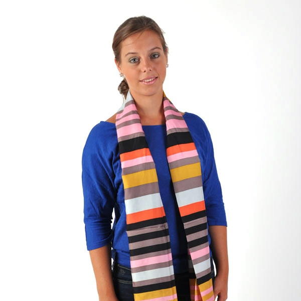 Een gestreepte zijden sjaal draag je bij een effen top in een felle kleur.