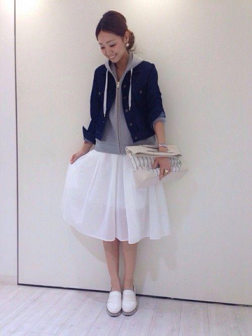 春おすすめコーデ♪ 白のミモレ丈スカートは裾のシアー感が◎♡