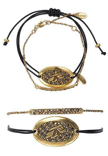 Charity-Armband von Pilgrim - Besondere Geschenke: Charity-Produkte - Das Armband: Das Charity-Armband des dänischen Schmucklabels 'Pilgrim' besteht aus einem schwarzen Lederarmband mit vergoldeter Schmuckplakette und 'Ärzte ohne Grenzen'-Logo und einem filigranen...