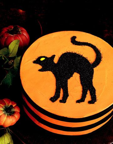 Even the most superstitious guest will enjoy crossing paths with this black cat, crafted from sparkling sugar.