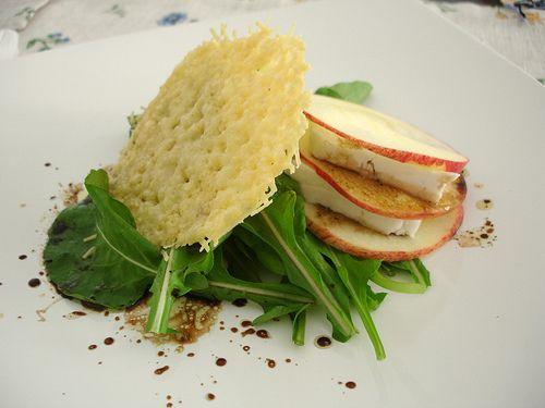 Salada com crocante de parmesão