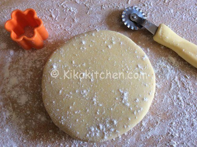 La pasta frolla con tuorli sodi è una ricetta base utilizzata come variante della classica pasta frolla per realizzare biscotti friabili