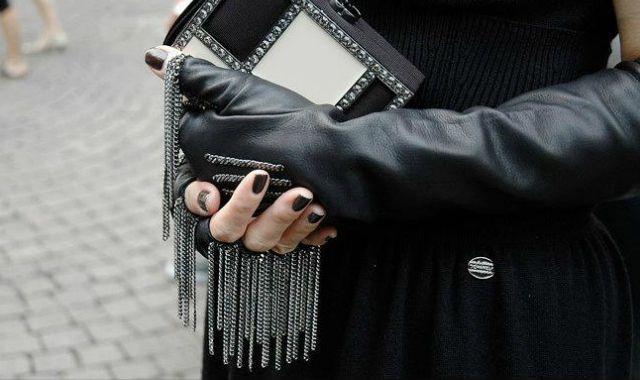 Девушка-байкер: перчатки без пальцев
