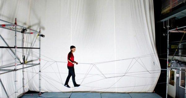 Un puente de cuerda construido por drones