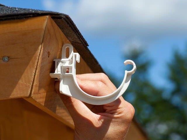 Bei einer abschüssigen Dachabschluβleiste können die mitgelieferte Distanzkeile unter den Rinnenhaltern befestigt werden, damit die Dachrinne gerade aufgehängt werden kann.