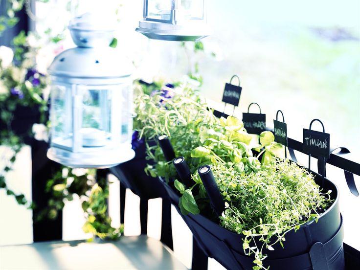 Závěsný box na květináče se hodí, využijete díky němu i zábradlí balkonu.