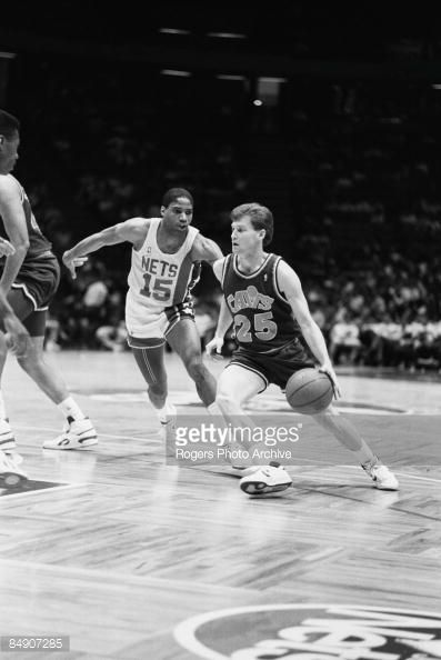 Fotografia de notícias : Mark Price of the Cleveland Cavaliers brings the...