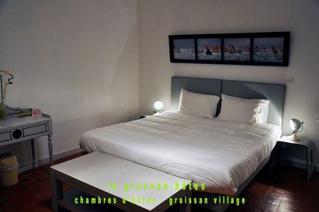 La Grussan-Hôtes Chambres d'hotes, 11430 Gruissan (Aude) Chambres d'hôtes - Gruissan Village 3 Chambres d'hôtes 10 couchages.  Maison bourgeoise (1851) entièrement restaurée, au coeur du village historique de Gruissan (Aude). 4 grandes chambres de 23 m2 avec SDB/WC et doucha à l'italienne dans chaque chambre. Literie grand confort king size ou séparée, chambres familiales avec lits superposés en 90x200. Ouvert toute l'année, tarif...
