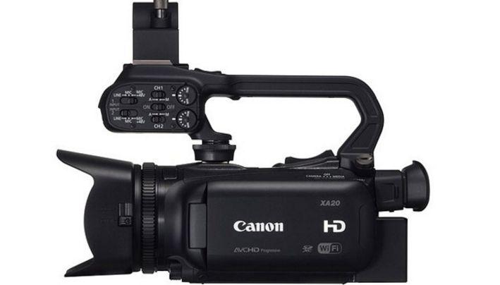 Canon XA20 & Kit  Camcorder AVCHD 4:2:0 - CMOS da 1/2.84 Full HD, processore DiGIC DV4, ottica zoom 20x f/1.8 stabilizzata, monitor OLED da da 3,5? e 1,23 milioni di punti, mirino LCD da 1,56 miltioni di punti, inclinabile a 45°, uscite HDMI e Composito, 2x SdCard slot, Connettività WiFi. In promozione fino al 30/11/2015 Info: https://www.adcom.it/it/search/q_n_30?searchstring=XA20&marche=&sito=1&but-search=Cerca