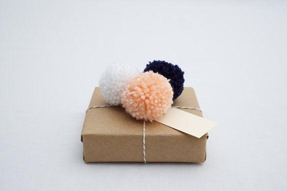 Gift Wrap Set, Peach, marine et blanc fils Pom Pom cadeau Toppers