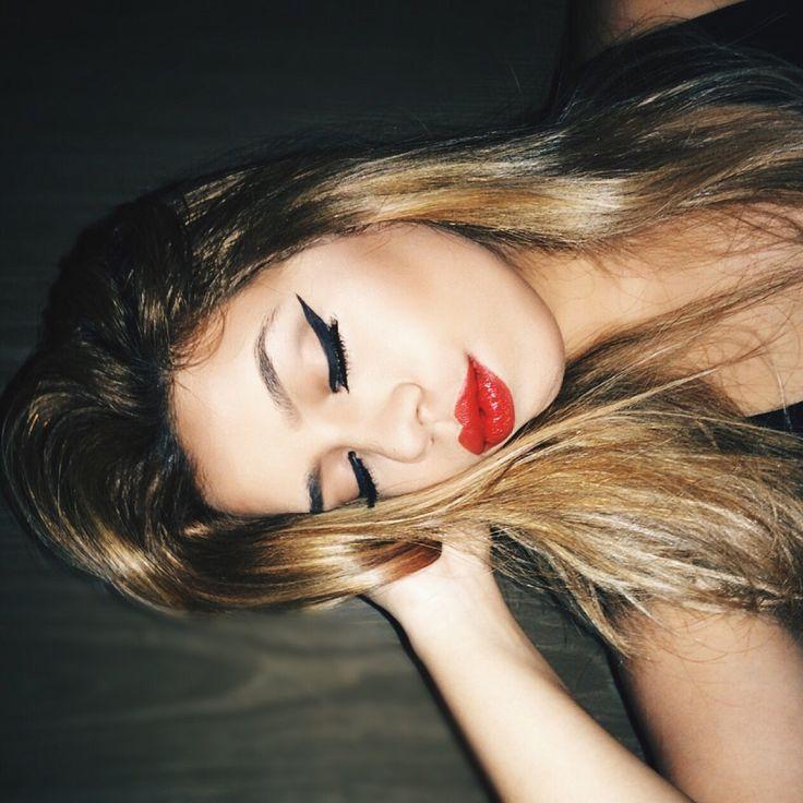 Siyah göz, kırmızı ruj makyajı