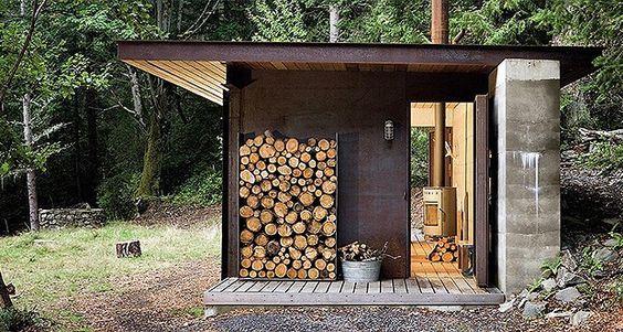 """Esta casa de campo no Canadá pode ser minúscula, mas tem espaço suficiente para uma lareira e cama confortável. O arquiteto Olson Kunding disse: """"É tão pequena que você tem que ir para fora. Esta é a ideia de passear!"""" (Foto: Divulgação/Taschen)"""